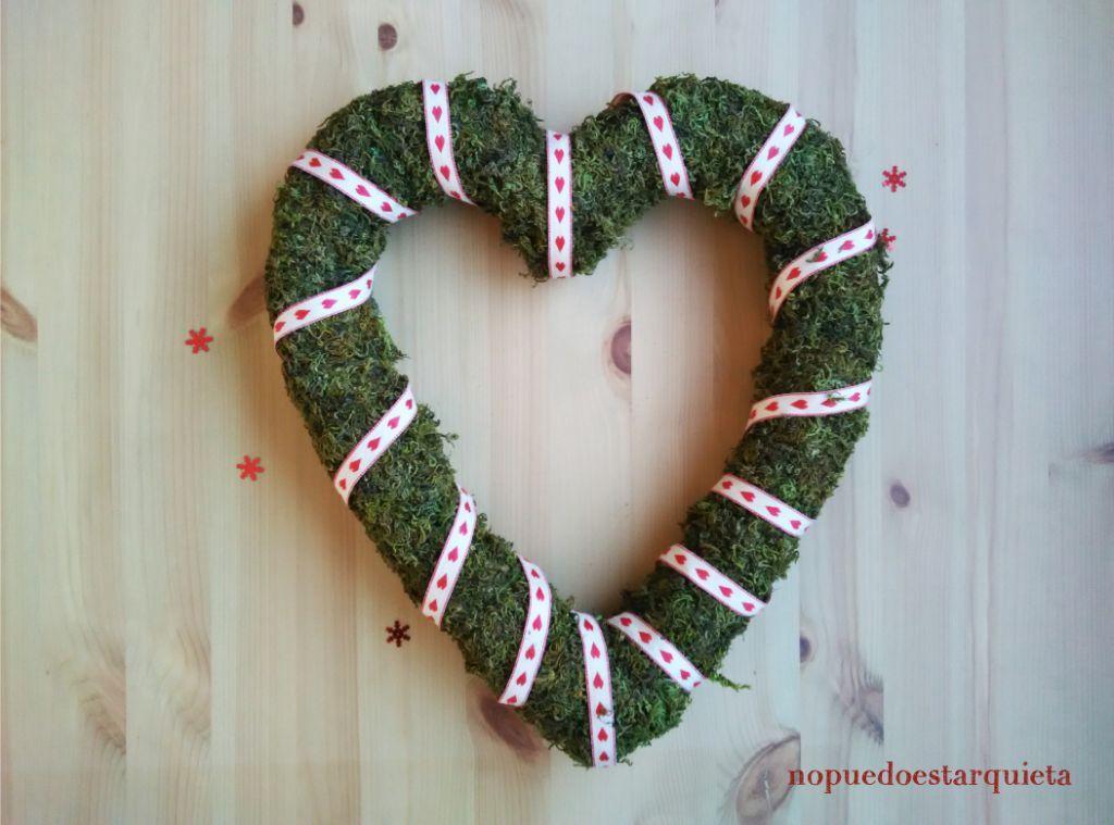 Adorno para puerta de Navidad. Christmas. Corazón de musgo para Navidad.
