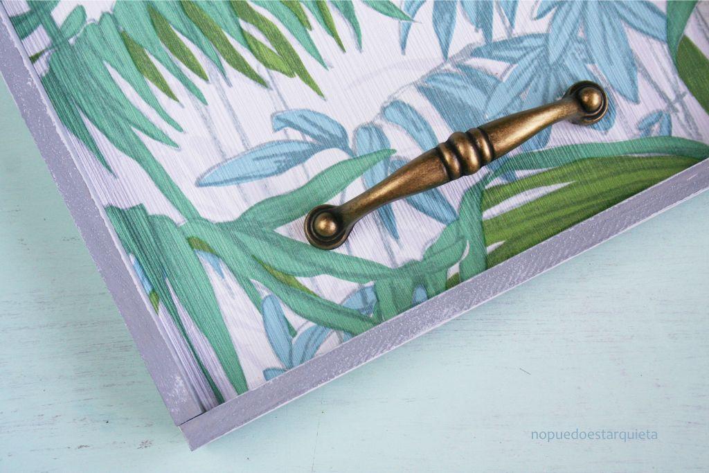 Bandeja con madera y papel pintado. DIY. Handmade. Decoración.