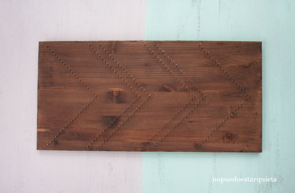 Cartel de madera decorado con hilos. String art. Nogalina. DIY