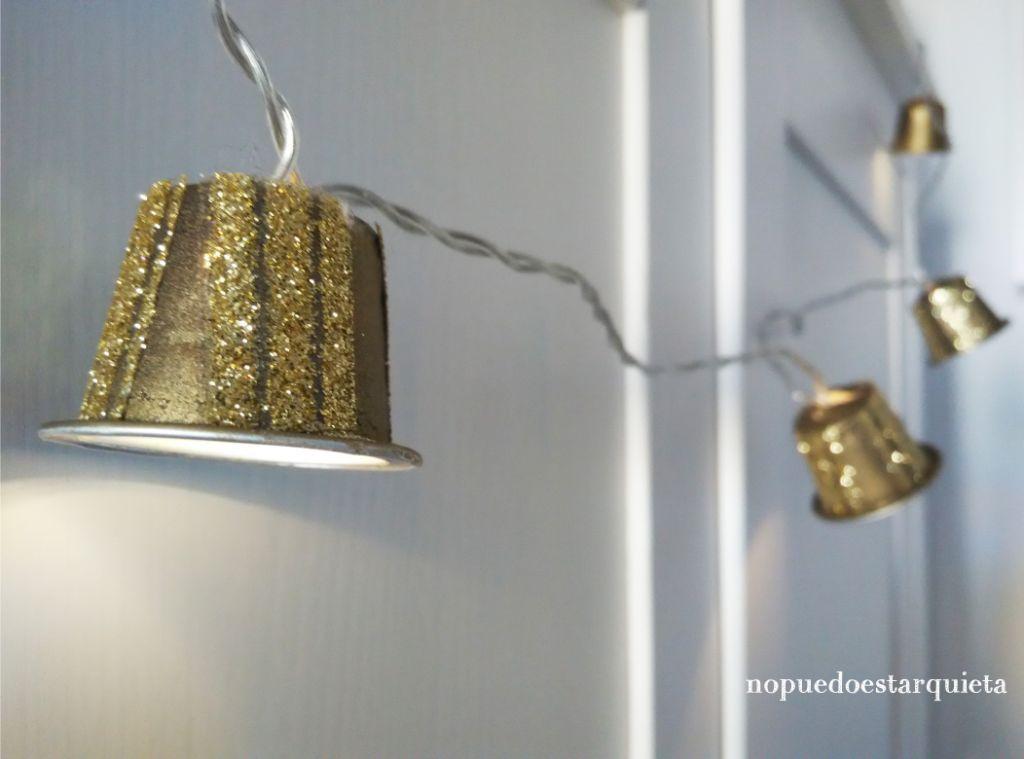 Guirnalda de luces led para Navidad dorada con cápsulas de café. Diy.