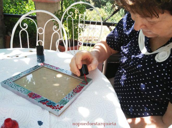 Marco de fotos decorado con pintauñas. Actividades para geriatría.